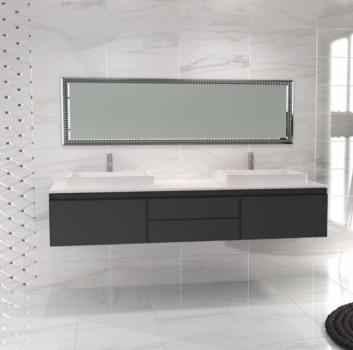 Łazienka z płytkami imitującymi marmur dużym lustrem i szafką wiszącą