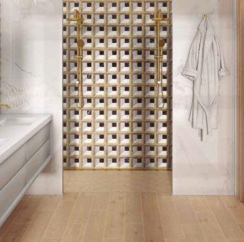 Łazienka z marmurem i złotem w stylu nowojorskim