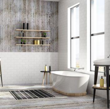 Łazienka w stylu loftowym z białą wanną pod oknem, dwoma umywalkami i lustrami, dywanikiem, wiszącymi półkami, płytkami drewnopodobnymi i białymi cegiełkami