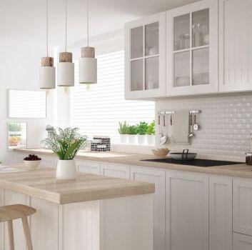 Kuchnia w stylu prowansalskim z płytkami cegiełkami imitującymi marmur