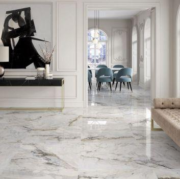 Wnętrze w stylu glamour z płytkami imitującymi marmu ze złotymi dodatkami