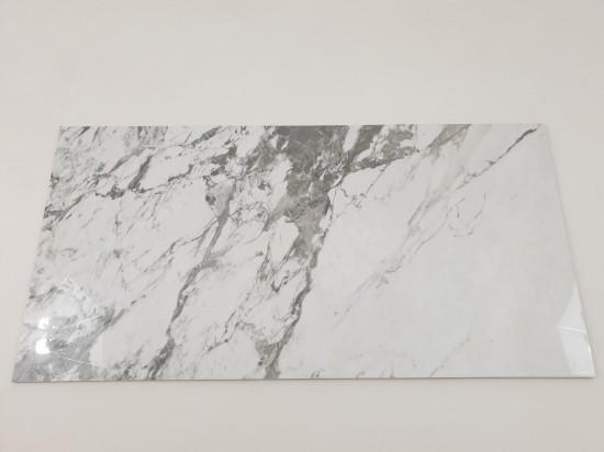 Płytki podłogowe z szarymi i beżowymi smugami imitujące marmur Tinenza 60x120