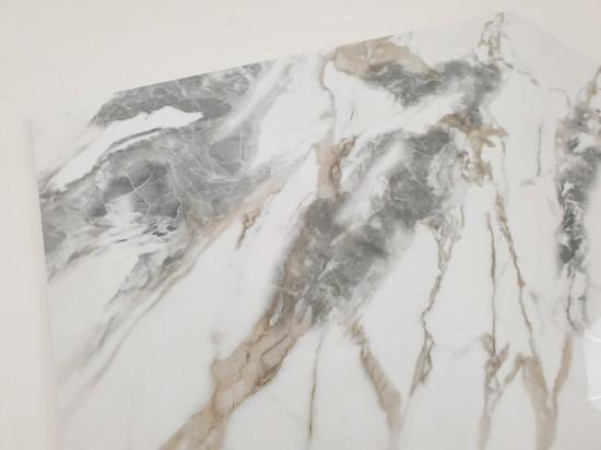 Gres podłogowy do salonu imitujący naturalny biały marmur